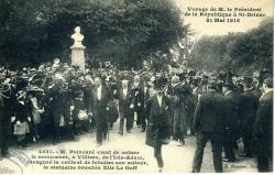 M. Poincaré, Président de la République, vient de saluer le monument à Villiers de l'Isle Adam, inauguré la veille, et de féliciter son auteur Elie Le Goff  | Le Goff, Elie